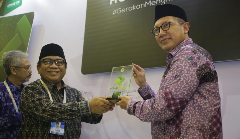 Ketua Umum LDII Abdullah Syam memberikan cinderamata kepada Menteri Agama RI Lukman Hakim Siafuddin, Selasa (8/11/2016). Foto: LINES