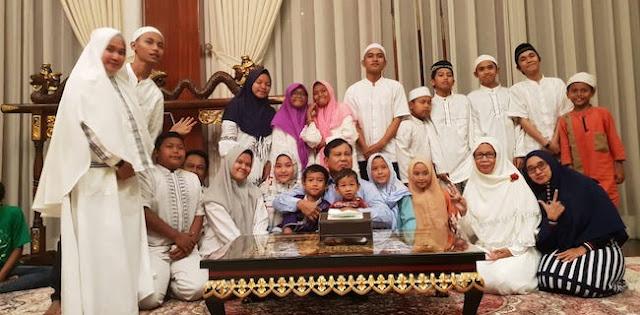 Bersama Anak Yatim dan Kaum Disabilitas, Prabowo Berdoa untuk Kebaikan Bangsa