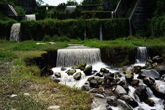 Dam air yang berliku seperti ari terjun di Jembatan Mangunsuko, Magelang
