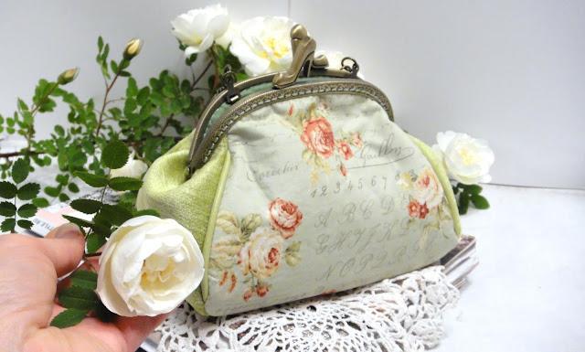 Женская салатовая сумочка с коралловыми плетистыми розами