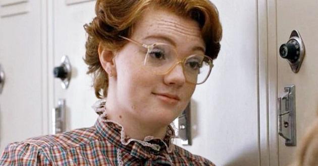 """Interprete de Barb em """"Stranger Things"""", sai do armário e revela ser bissexual"""