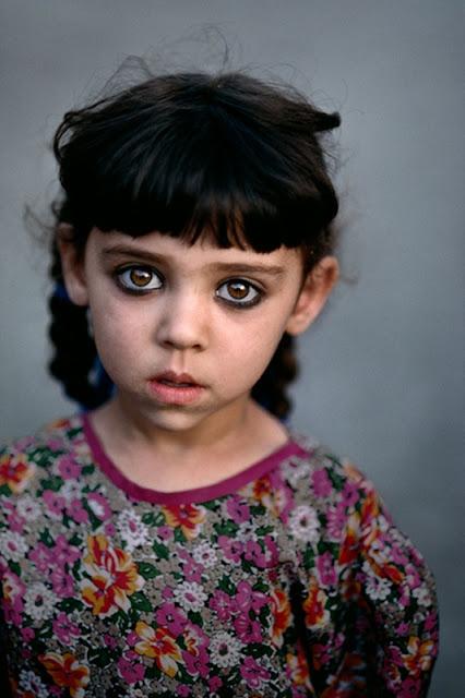 Ragazza nell'orfanotrofio di Kandahar, Afghanistan © Steve McCurry