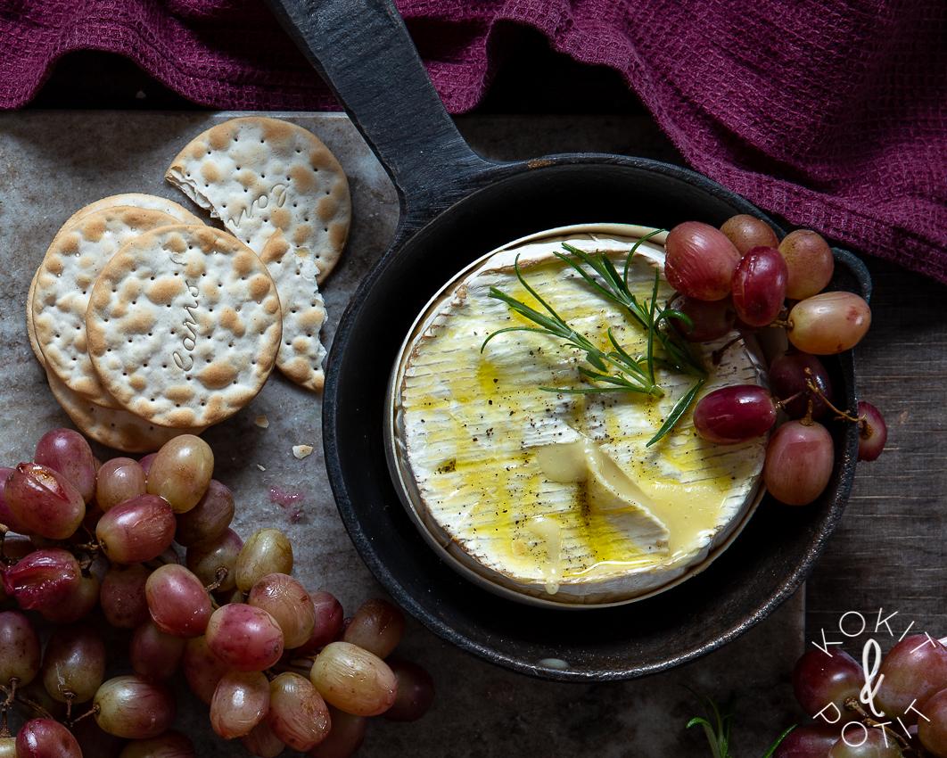 Paistettu camembert – hurmaavan juustotarjottimen kuuma sydän