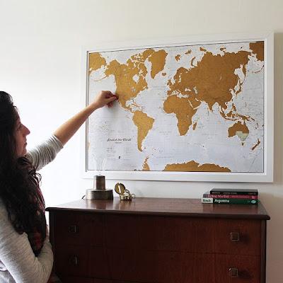 Foto de mapa mundial. Una idea de regalo para planear sus próximos viajes juntos.