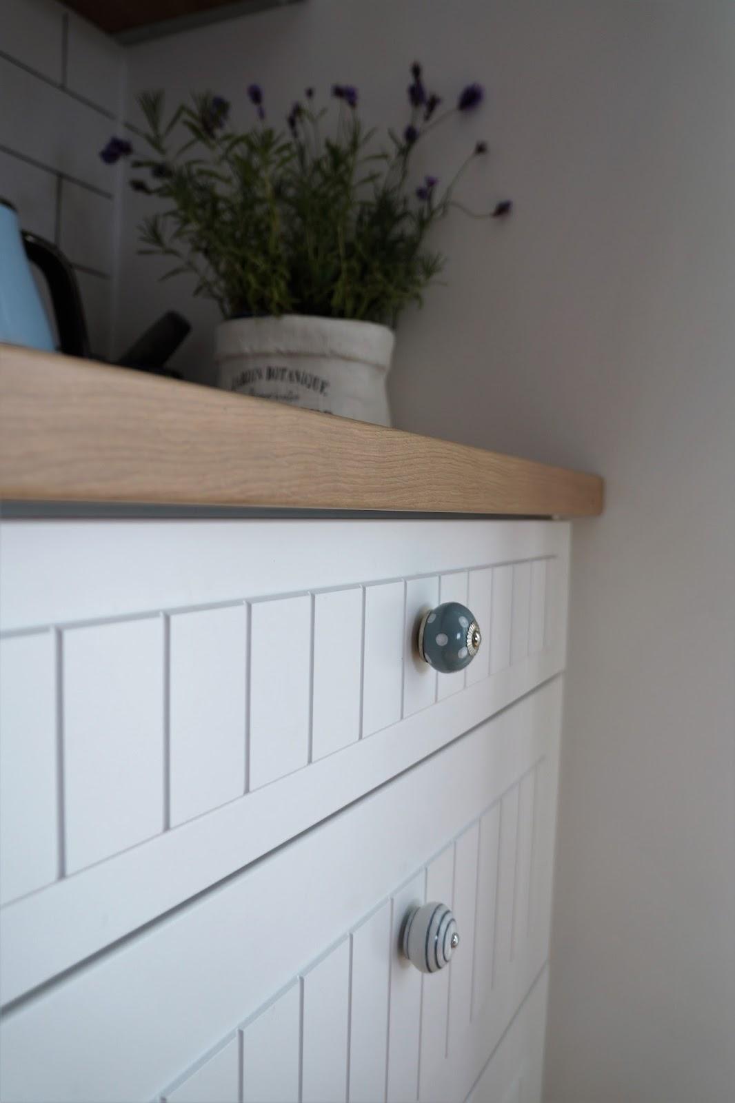 białe fronty w pasy, białe fronty w stylu skandynawskim, delonghi vintage błękit