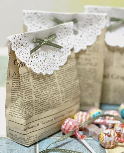 Manualidad para hacer bolsas de papel caseras, un tutorial DIY muy práctico con papel de regalo o periódico