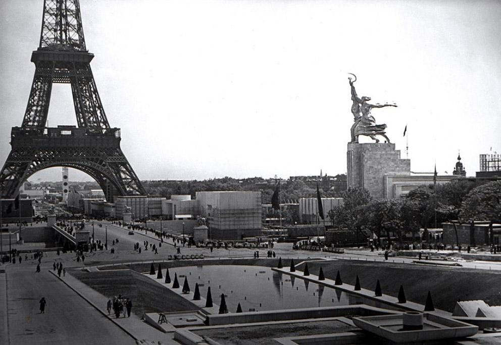 Скульптура Веры Мухиной Рабочий и колхозница на выставке в Париже