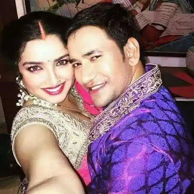 Amrapali Dubey and Dinesh Lal Yadav Selfie Photo