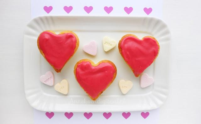 Roze koeken voor valentijn met frambozen glazuur, valentijn koekjes, valentijn koeken, 14 februari koeken, 14 februari Valentijnsdag, recept roze koeken, roze koeken zelf bakken, frambozen glazuur maken