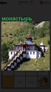 Среди зеленых насаждений на холме построен красивый монастырь