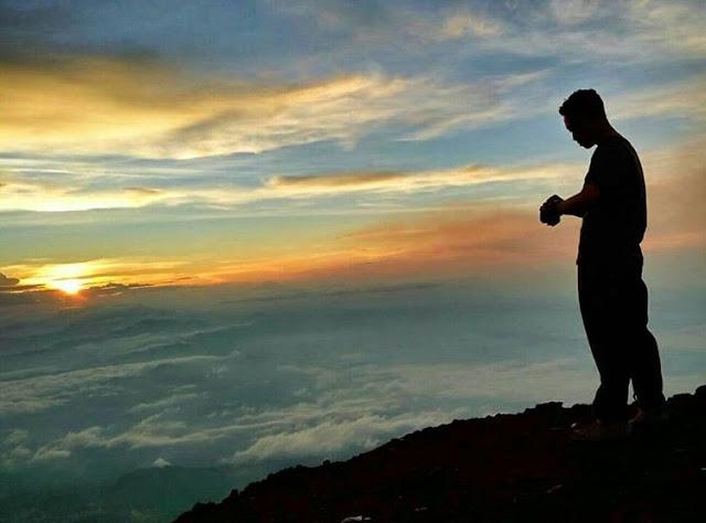 foto sunrise keren di puncak gunung slamet