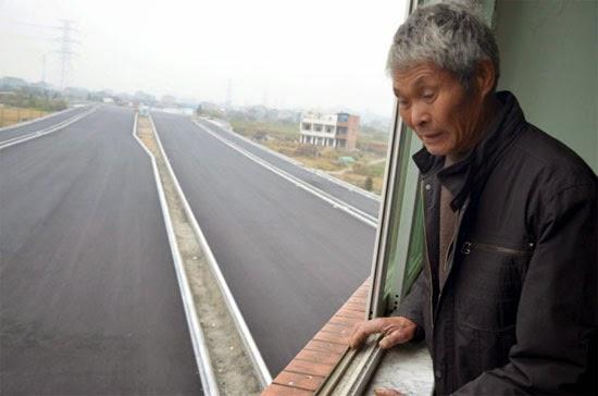 Casa no meio da estrada na China - Idosos