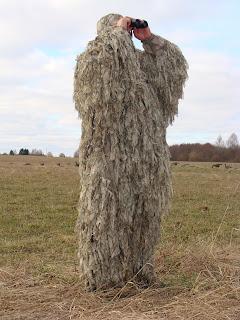Охотник в маскировочном костюме