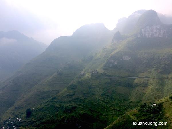 Đường đèo men theo những vách núi ở Hà Giang.
