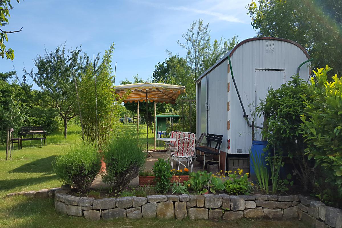 Blick auf die Terrasse am Bauwagen im großen Garten | Arthurs Tochter kocht von Astrid Paul. Der Blog für food, wine, travel & love
