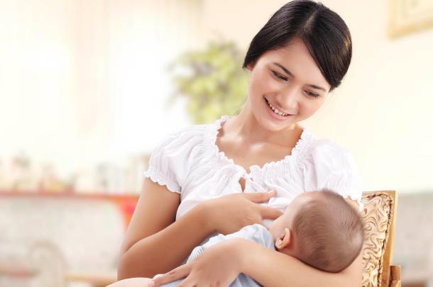 Ini Cara Menyusui Ketika Bayi Mulai Tumbuh Gigi