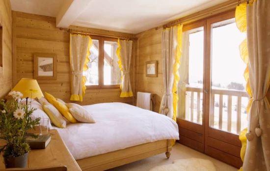 kamar tidur sederhana yang cocok untuk rumah kayu minimalis