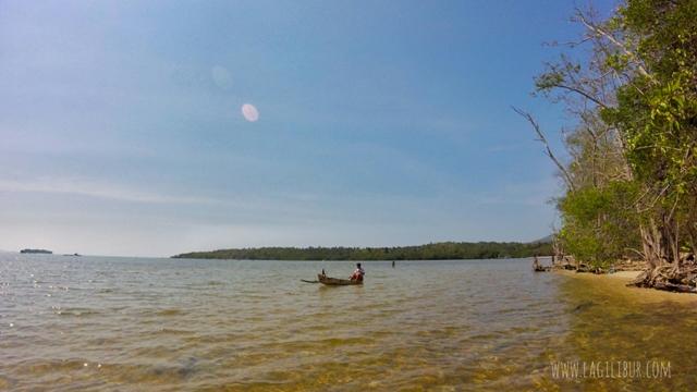 Naik Sampan di Pantai Batu Putih Kemujan Karimunjawa