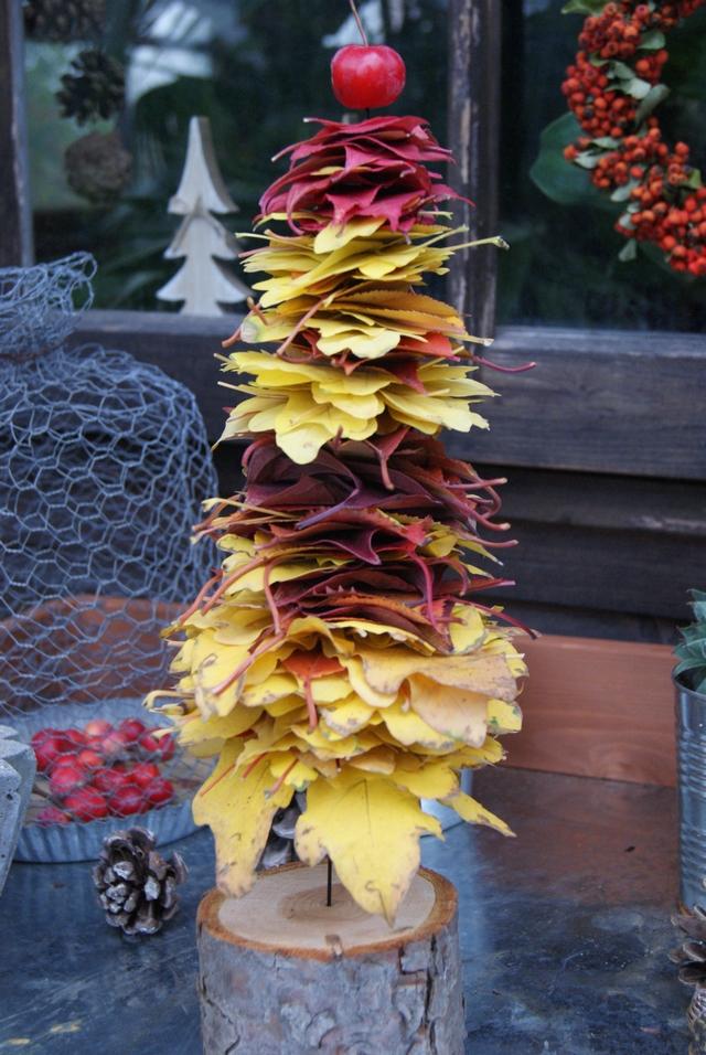 DIY Herbstdeko Bäumchen aus buntem Laub