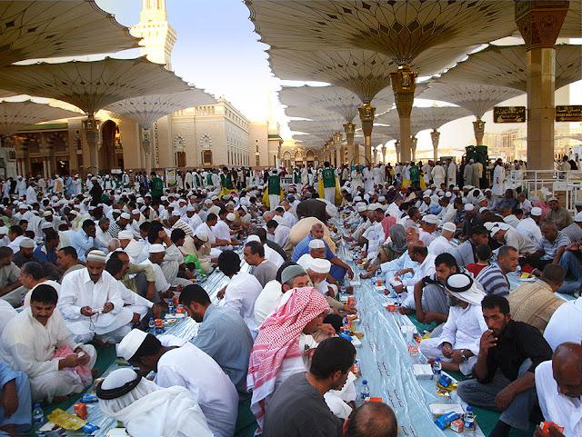 Suasana Buka Puasa Bersama Terbesar Sedunia Diadakan di Madinah