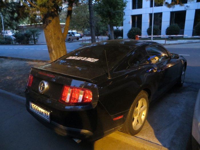 черный автомобиль мустанг