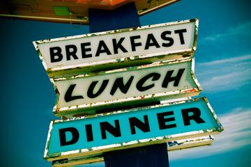 ebagian besar dari kita makan sarapan, makan siang, dan makan malam setiap hari. Tapi kenapa? ALAN COPSON / GAMBAR GETTY