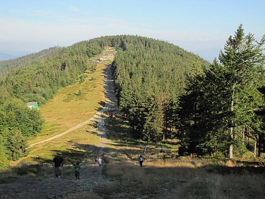 """Widok ze szczytu Klimczoka na Magurę, na której położone jest schronisko PTTK """"Klimczok"""" pod Magurą."""
