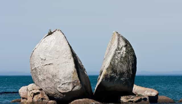 Tokangawhā / Split Apple Rock: Ο βράχος που μοιάζει με κομμένο μήλο