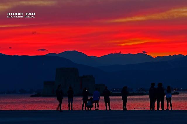 Ηλιοβασίλεμα στο Ναύπλιο με πανδαισία χρωμάτων