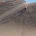 Homem salta com moto em duna gigante