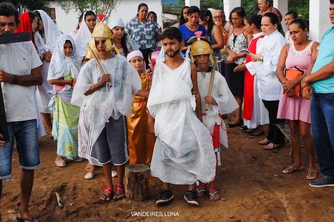 Paixão de Cristo é encenada por crianças na comunidade da formigueiro  , em Barcelona