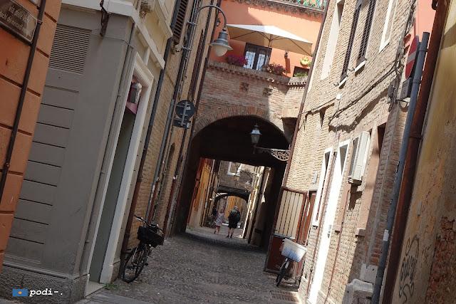 Fondachi dei mercanti medievali, Ferrara, via delle volte