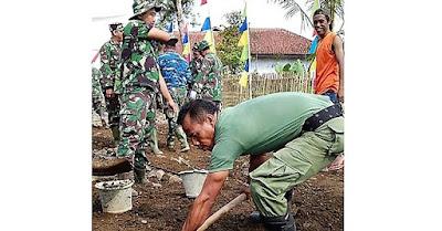 Anggota Linmas Juga Ukir Prasasti di Jalan TMMD