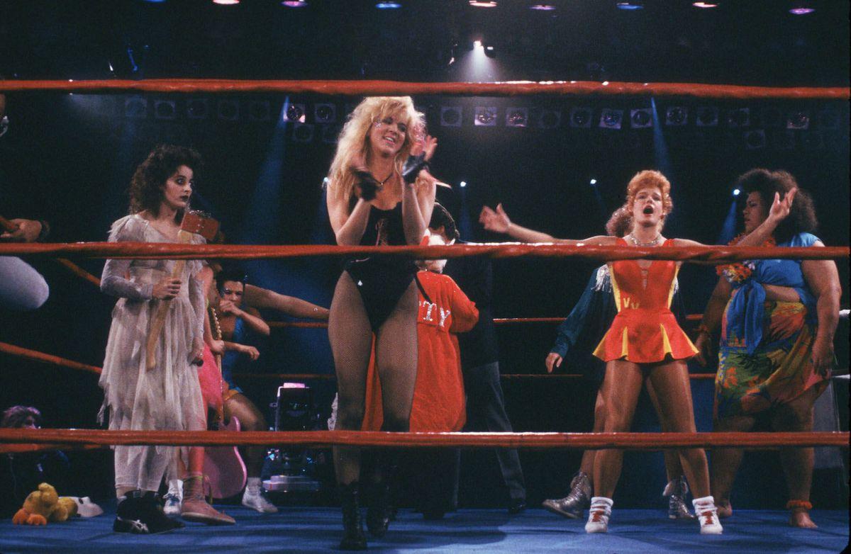 """Escena de """"Glow"""", el primer show sobre lucha femenina"""