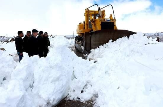 فتح الطرقات المغلقة بالسويداء جراء الأمطار الغزيرة والثلوج.فيديو