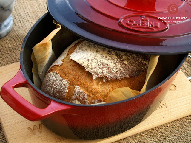 Naczynie żeliwne La Cuisine, chleb pszenny i gulasz z kociołka