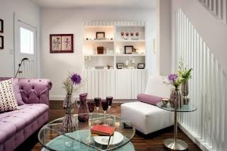 sala lila y blanco