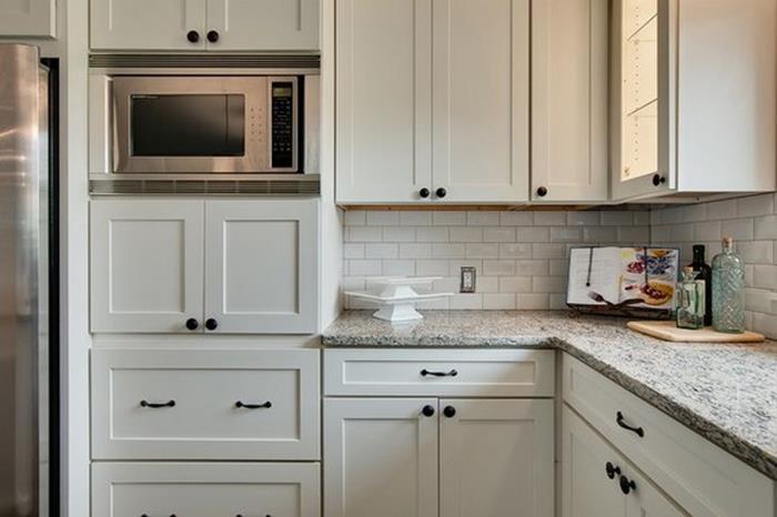 beyaz mutfak dolapları ile sade ve şık dekorasyon