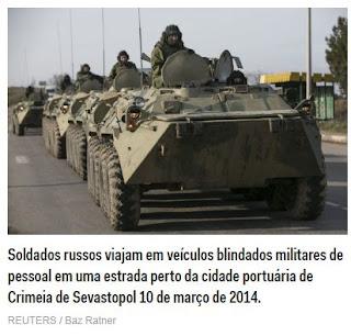 Soldados russos viajam em veículos blindados militares de pessoal em uma estrada perto da cidade portuária de Crimeia de Sevastopol 10 de março de 2014.
