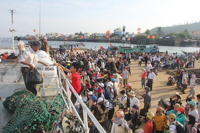Du khách và người dân trên đảo Lý Sơn đang chuẩn bị lên tàu vào đất liền.