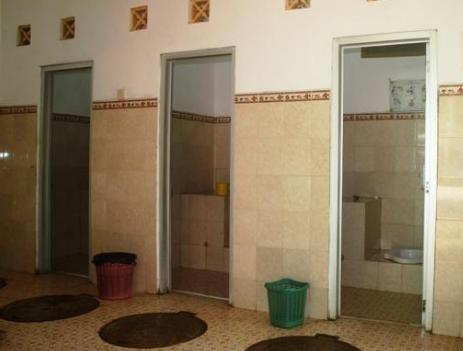 Benar-benar Kelewatan!! Remaja Putri Rekam Adegan S3ks Bareng 25 Pelajar SMA di Toilet