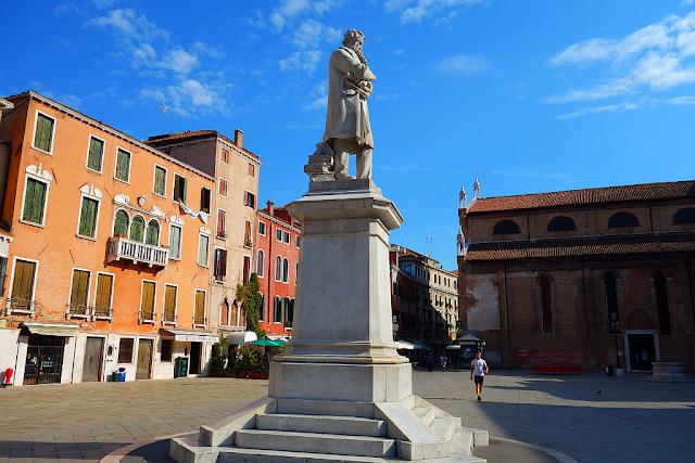 Socha, která kadí knihy na benátské naměstí, Benátky, kam v Benátkách, co vidět v Benátkách, zajímavosti v Benátkách