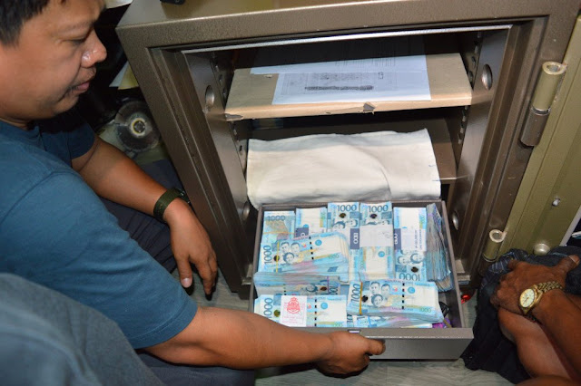 "P02 COP OWNS A HOUSE THAT FITS FOR A GENERAL, P7M CASH FOUND IN HIS ""CAJA DE YERO"""