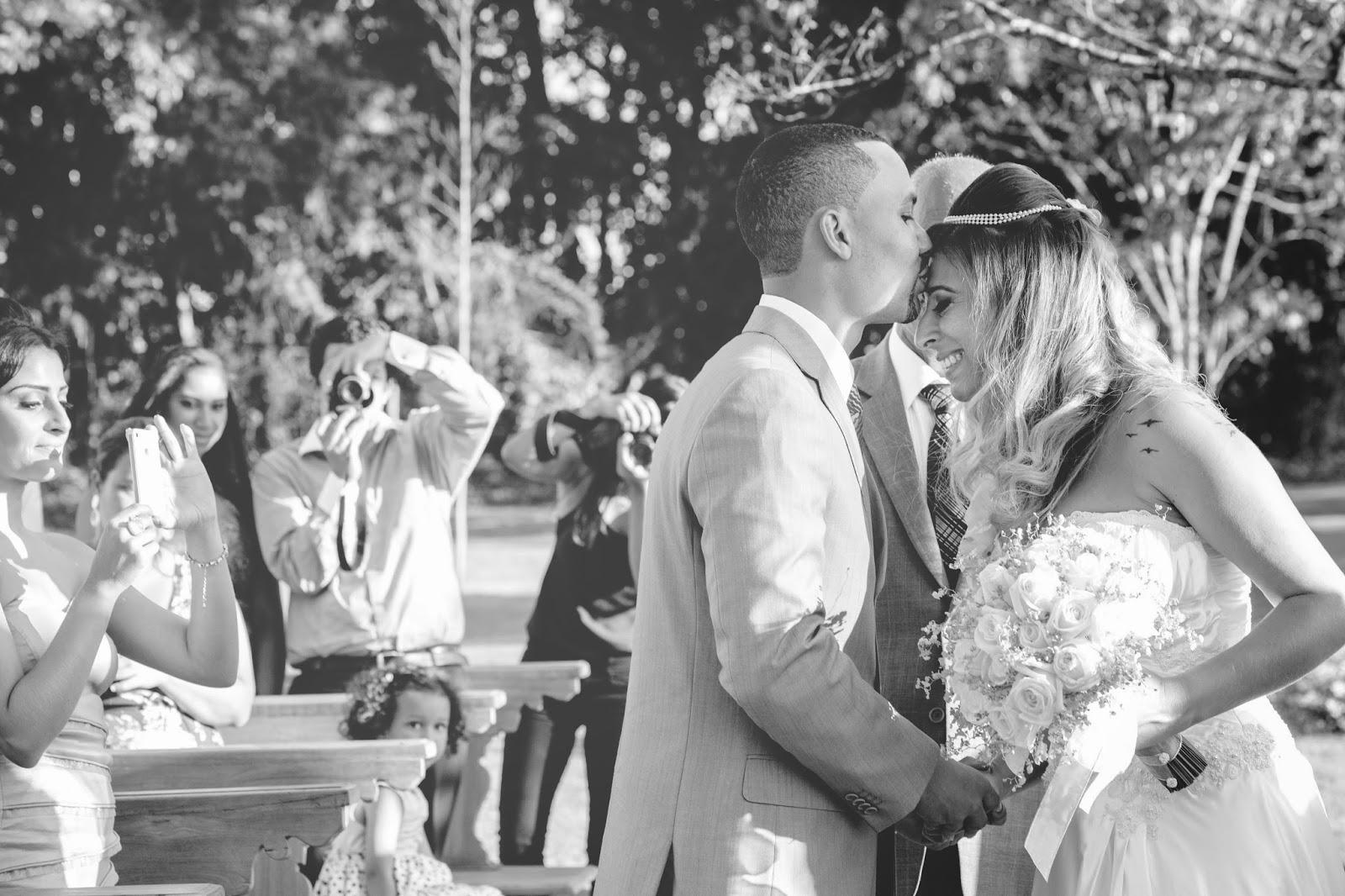 entrada noiva - noiva - noivo - casamento de dia - casamento ao ar livre