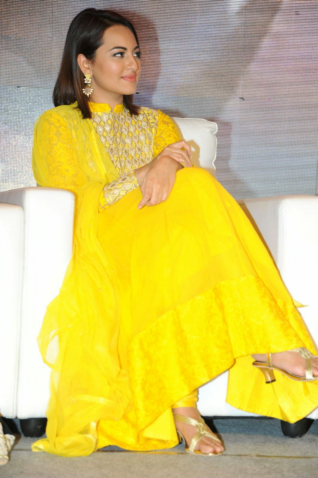 Sonakshi Sinha Photo Gallery with no Watermarks, Sonakshi Sinha Yellow Suit Pics from Lingaa Movie Event