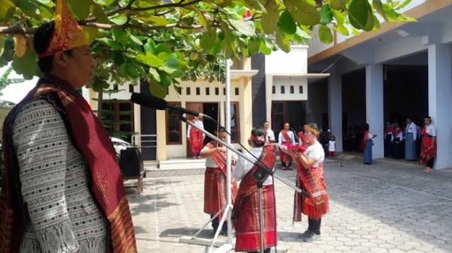 UNIK, Warga Batak di Brebes Kenakan Busana Adat Ulos dalam Upacara HUT Ke-72 RI