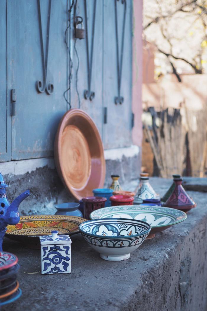 Vaisselle artisanale dans les rues de Imlil au Maroc