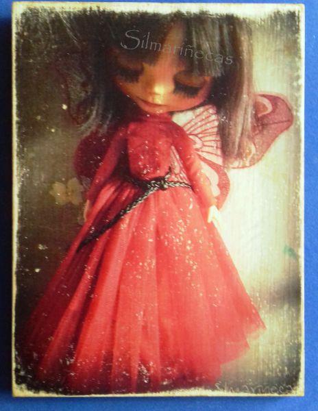 Caty vestida de rojo y con alas de mariposa.