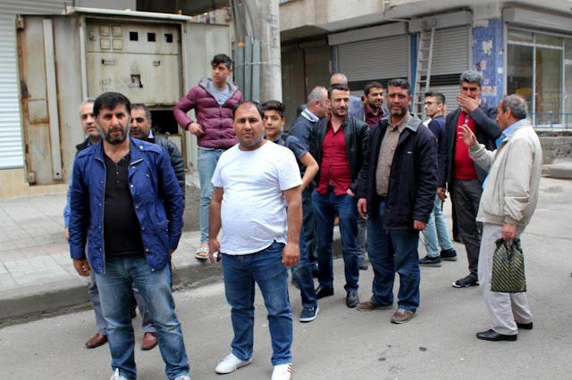 DİYARBAKIR-Diyarbakır'ın Bağlar ilçesi Emek Caddesi'nde birçok bina sakini, elektriği kestirildiği için sokağa döküldü. Mahalleli ve esnaf, Dicle EDAŞ'ın, değiştirilmesi gereken pano karşılığında kendilerinden 72 bin TL istediğini aksi halde elektriklerini iade etmeyeceklerini söylediğini belirterek, yetkililerden yardım istedi.