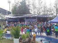 Foto seluruh peserta bersama dengan beberapa perwakilan panitia dan orang tua